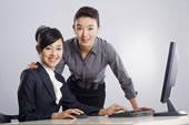 两个商务女青年