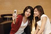 两个女孩看手机