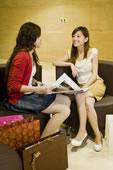 两个年轻女人聊天