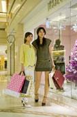 两个年轻女人购物
