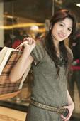 提着购物袋的年轻女人