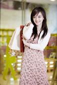 一个快乐的年轻女人拿着购物袋