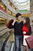 快乐的年轻情侣购物