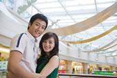 快乐的年轻情侣在商场拥抱