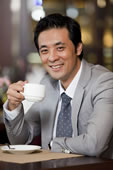 喝咖啡的商务男士