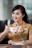 喝咖啡的年轻商务女士