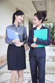 两个年轻商务女士