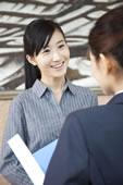 两个年轻商务女士交流