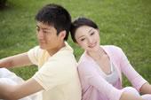 草地上的年轻情侣