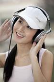 带耳机的年轻女人