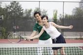 户外打网球的年轻人