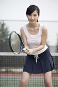 户外打网球的年轻女人