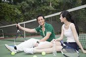 坐在网球场休息的年轻人