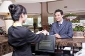 商务男士使用信用卡