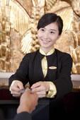 酒店前台服务人员手持信用卡