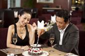 情侣切蛋糕庆祝