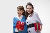 年轻女人抱着礼物盒