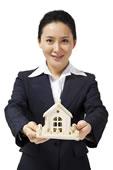 商务女士和房子模型
