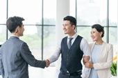 商务男士接待年轻夫妻
