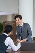 商务男士接待年轻客户