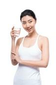 年轻女子喝水