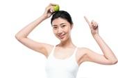年轻女子手拿苹果