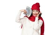戴红帽子的年轻女子