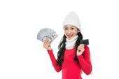 年轻女子拿着钞票