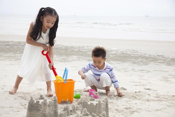 小女孩小男孩在海边度假