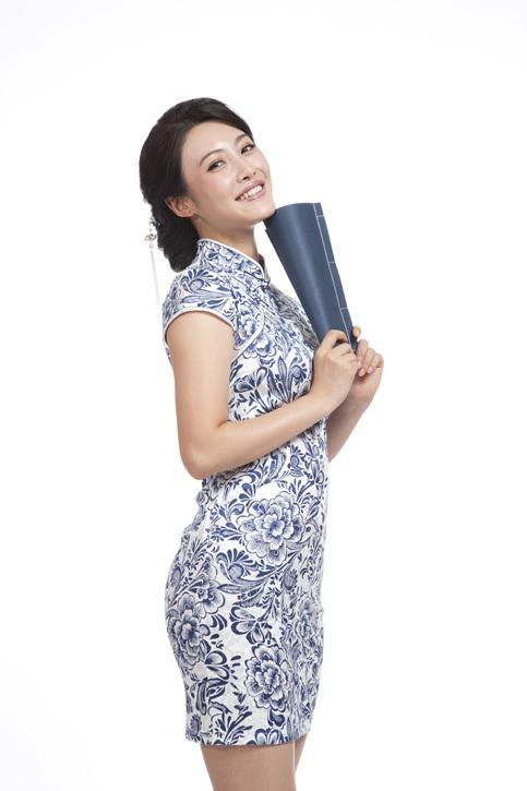 棚拍身穿旗袍的年轻女人看书