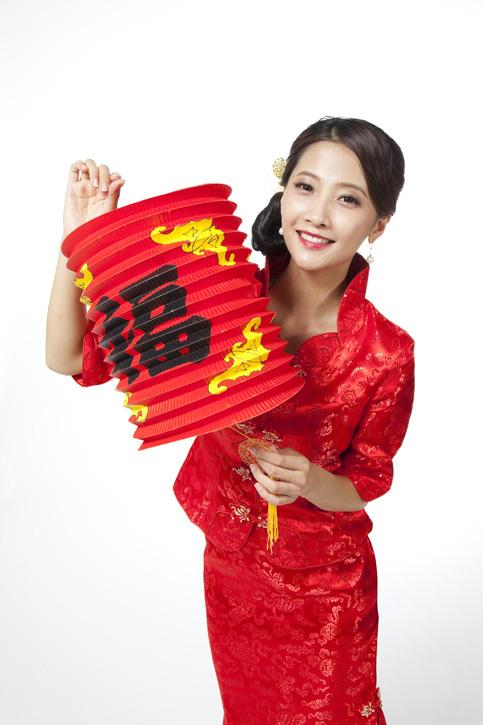图片标题:棚拍身穿旗袍的年轻女人提着红灯笼 关键词: 图片价格单次2