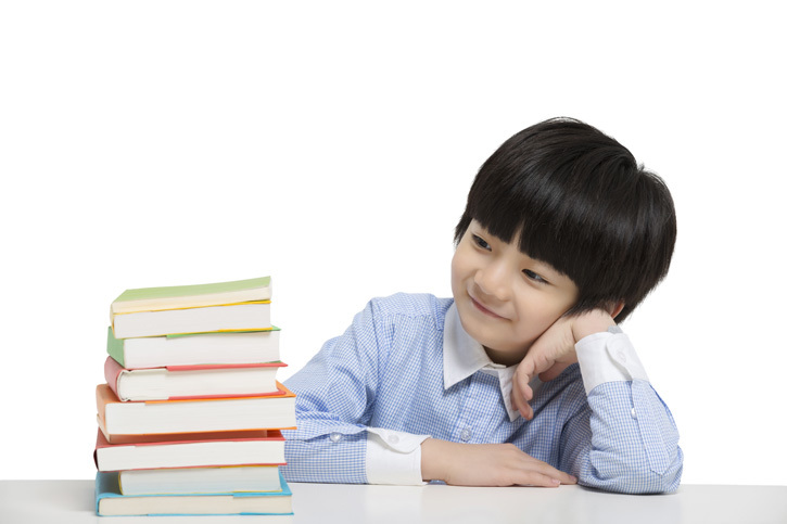 小男孩在书桌前思考|优图佳视
