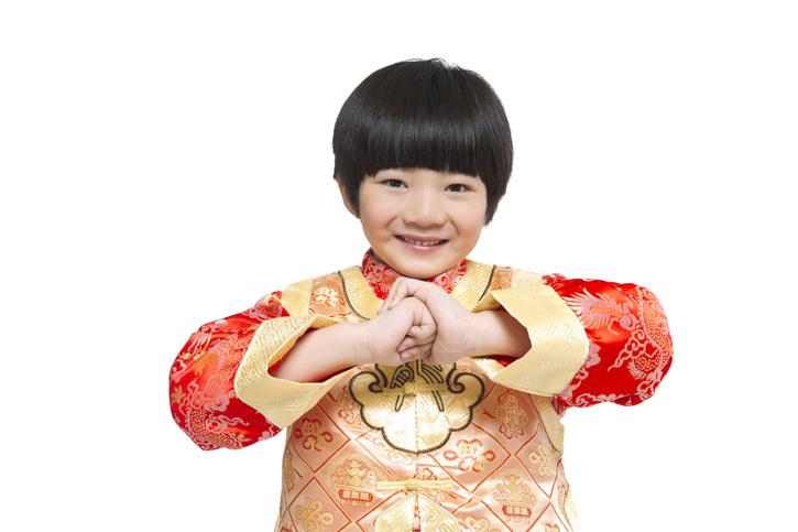 关键词: 白色背景,一个人,单人,单独,未成年人,学龄儿童,儿童,仅儿童,孩子,男孩,男童,6岁,中国人,东方人,东方人物,亚洲人,亚洲,东亚,中国,北京,礼服,唐装,华服,传统服装,民族服装,华丽,鲜艳,漂亮,红色,生活,生活方式,聚会,节日,春节,新年,元旦,过年,庆祝,传统节日,传统庆典,传统文化,中国文化,中国元素,假期,站,微笑,拜年,礼节,抱拳,拱手,作揖,做手势,手势语,祝贺,问候,祝福,恭喜发财,看镜头,注视镜头,白背景,留白,抠图,幸福,美满,乐观,快乐,欢乐,开心,愉快,愉悦,无忧无虑