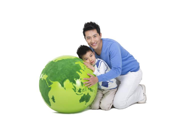 创意绿色地球和父子