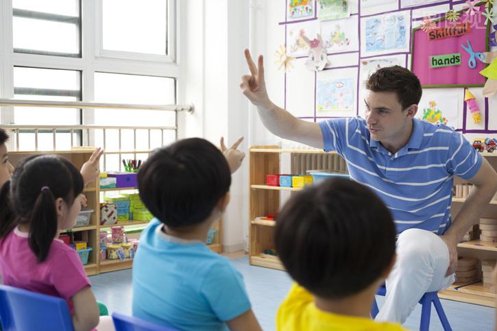 关键词: 教室,四个人,男孩,男童,男生,女孩,女童,女生,合作,伙伴,同伴,相伴,同学,友谊,友情,师生,学生,教师,老师,指导教师,助教,儿童,学龄前儿童,学龄前,孩子,幼儿园学童,未成年人,童趣,童年,4岁,5岁,20多岁,30多岁,年轻人,年轻,成年人,青年人,中国人,东方人,东方人物,亚洲人,西方人,美国人,欧洲人,男人,男性,男士,青年男人,外教,亚洲,东亚,中国,北京,幼儿园,休闲装,椅子,生活方式,教育,教学,上课,早期教育,学前教育,知识,学习,智慧,乐趣,微笑,坐,听,教,说话,