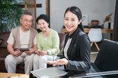 年轻女子向一对老夫妻介绍产品